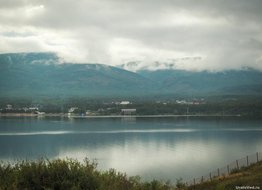 Туман на хребте Яманкая за озером Банным