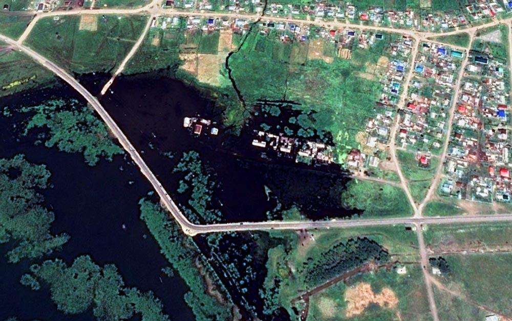 Разлившееся озеро Мулдаккуль в деревне Озёрное