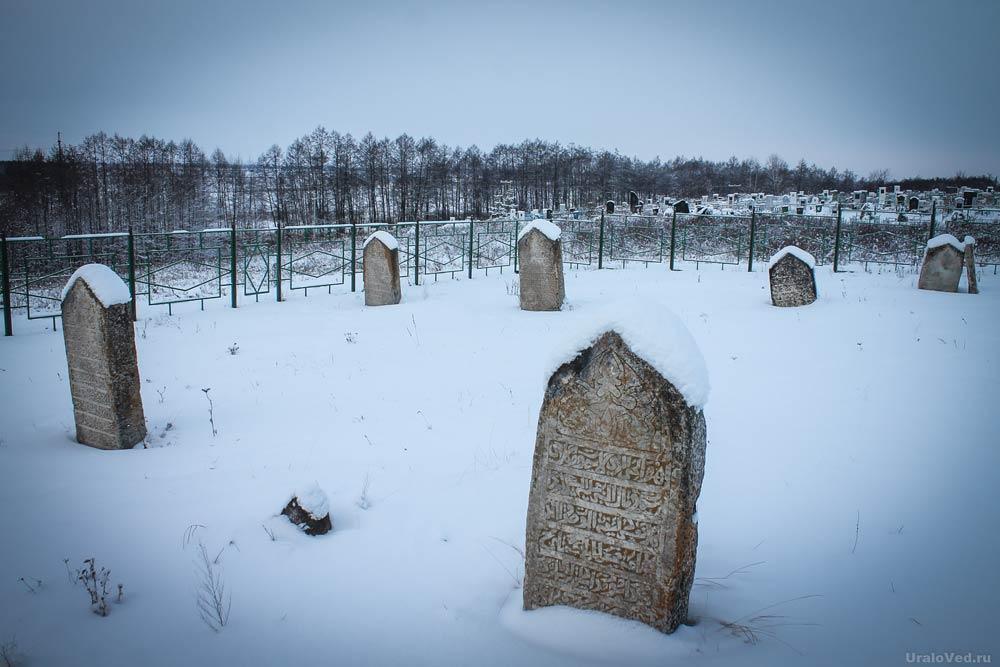 Старые могилы на священном кладбище в Чишмах