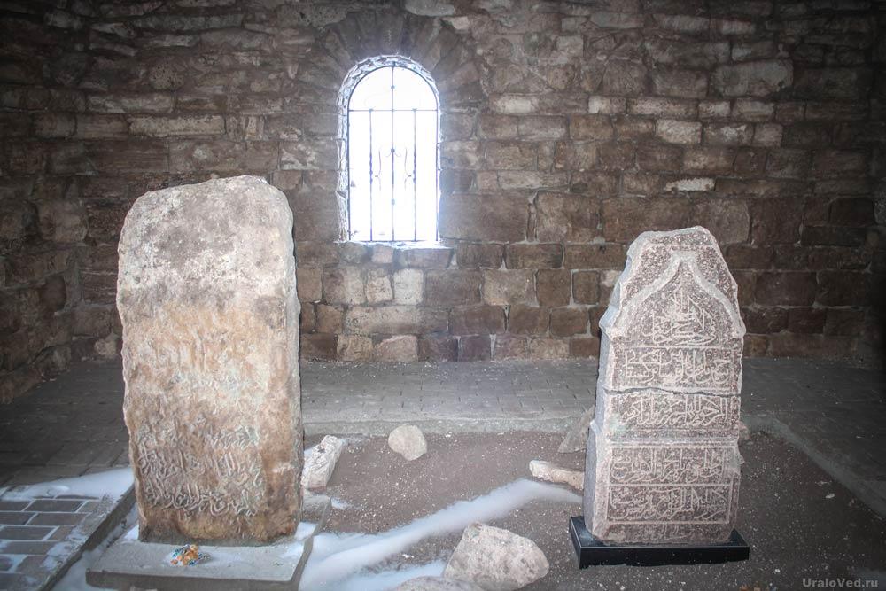 Могильные камни в мавзолее Хусейн-бека