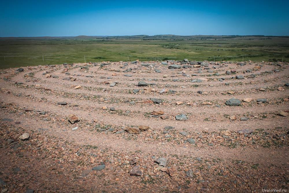 Спираль из камней на вершине горы