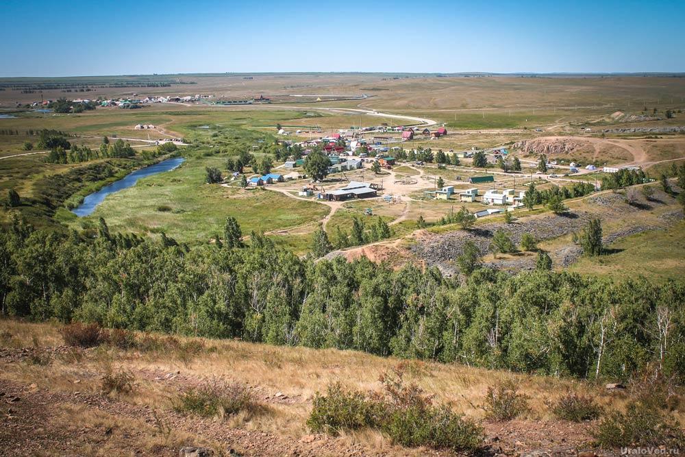 Вид с холма на территорию туристического лагеря