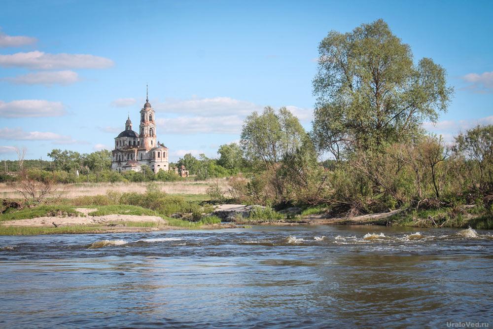 Река Теча и Покровская церковь в селе Першинском