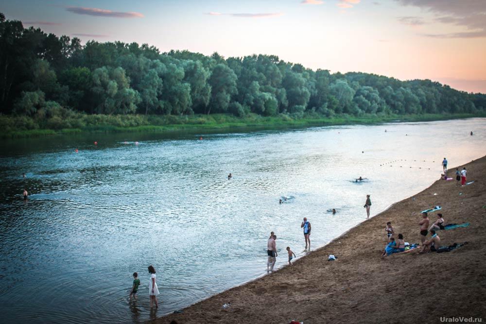 Купающиеся в реке Урал в городе Оренбурге