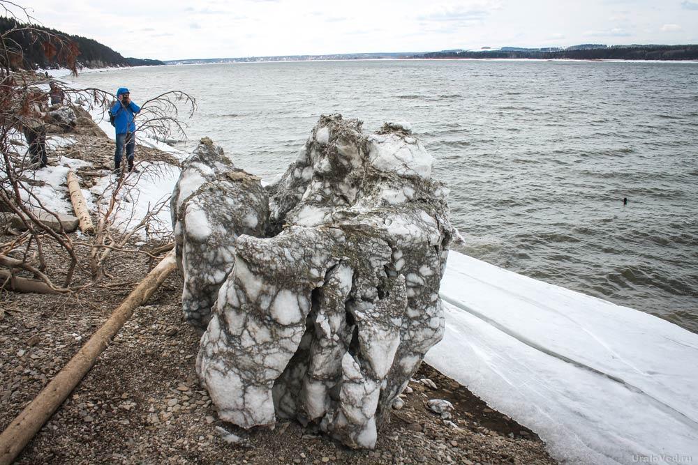Гипсовые формы на берегу Камы