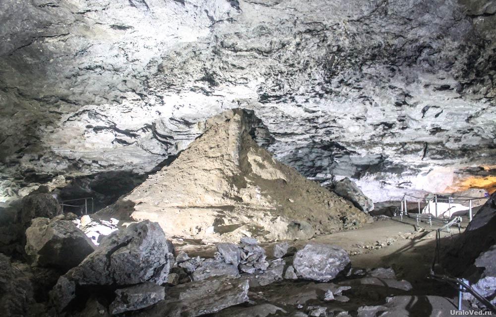 Органная труба и попавшая с поверхности почва