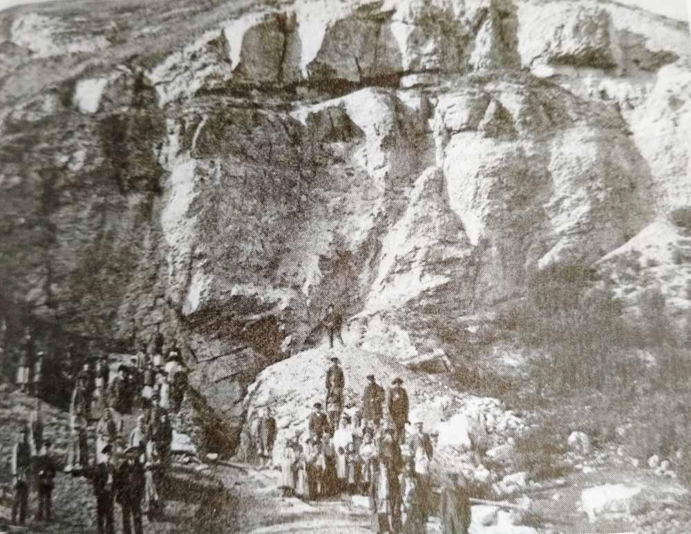 У входа в Кунгурскую пещеру. Фото начала XX века