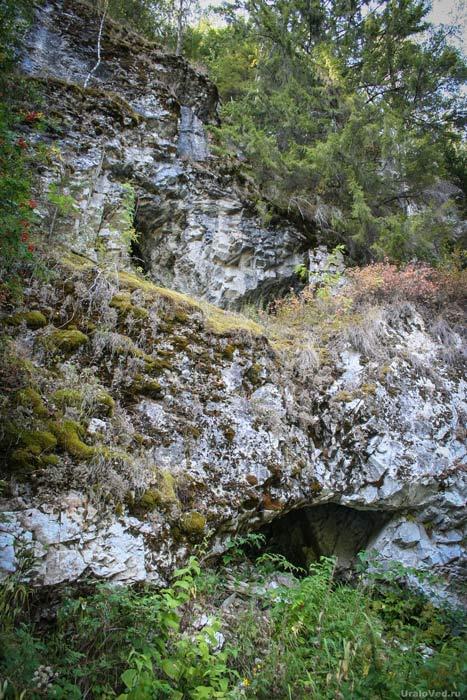 Пещера в камне Гребешки